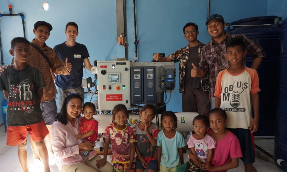 inside of the building with the reverse osmosis unit and the team (Komodo Water, Akuo, Mascara and local population)